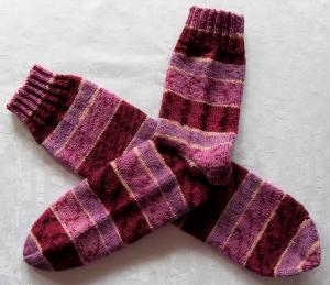 handgestrickte Socken Gr. 40-42 in beere/pink gestreift