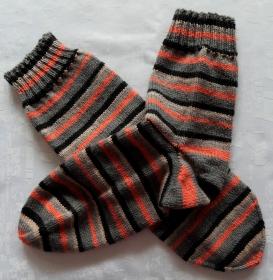 handgestrickte Socken Gr. 44/45 in grau/neonorange gestreift