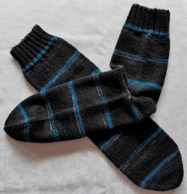 handgestrickte Socken Gr. 46/47 in anthrazit mit blauen Streifen
