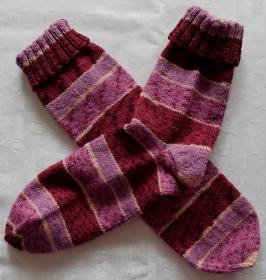 handgestrickte Socken Gr. 38/39 mit Umschlag in beere/rosa gestreift - Handarbeit kaufen
