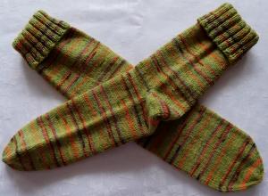 handgestrickte Socken Gr. 44/45 in grün gestreift