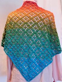 gehäkeltes Dreieckstuch in kräftigen Regenbogenfarben - Handarbeit kaufen