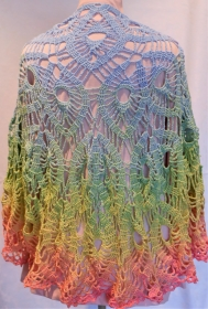 gehäkeltes Dreieckstuch in zarten Pastelltönen