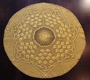 sonnengelbe runde Filethäkel-Tischdecke mit Blumenmuster