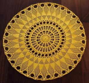 filigranes Filethäkeldeckchen in leuchtendem Gelb