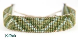 handgewebtes Armband mit Zick-Zack-Muster in verschiedenen Grüntönen