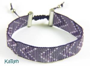 handgewebtes Armband mit Zackenmuster in verschiedenen Lilatönen