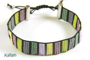 Handgewebtes Armband mit Streifenmuster in verschiedenen Pastelltönen und Schwarz