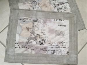 Tischset aus Baumwollstoffen -  collageartig bedruckt mit Parismotiven -von Hand gequiltet