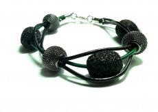 Lederriemenarmband mit Netzperlen und schwarzen Perlen