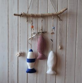 Treibholz mit Fischen aus Stoff mit Muscheln und Perlen in blau - weiß - rot zum Aufhängen - Handarbeit kaufen