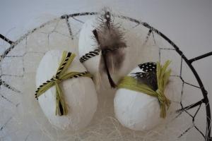 Ostereier mit Federn - Osterdekoration - Tischschmuck für Ostern selbstgemacht - 3er Set Ostereier grün gelb - Handarbeit kaufen