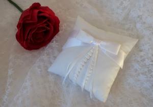♥ Feines Ringkissen aus Baumwollbatist ♥ festlich mit weißer Schleife aus Satinband ♥ ein Unikat für ein einmaliges Hochzeitsfest - Handarbeit kaufen