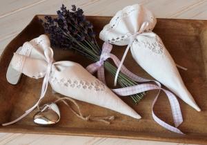 Lavendelspitztüte - aus echtem Bauernleinen mit Spitze verziert und mit Gartenlavendel gefüllt - Handarbeit kaufen