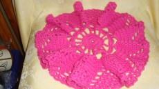 Tischdecke Häkeldecke Handarbeit rund pink Filethäkelei ohne Vase