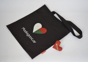 Stoffbeutel mit madagassischer Fahne, Herz, schwarz  - Handarbeit kaufen