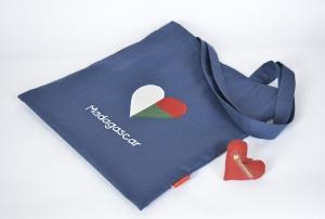 Stoffbeutel mit madagassischer Fahne, Herz, dunkel blau