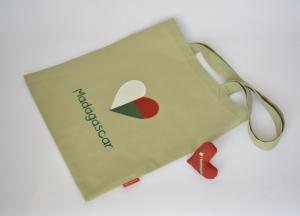 Stoffbeutel mit madagassischer Fahne, Herz, oliv - Handarbeit kaufen