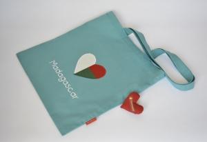 Stoffbeutel mit madagassischer Fahne, Herz, petrol - Handarbeit kaufen