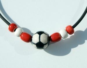 Halskette für Fußball-Fans rot-weiß Junge Vereinsfarben lässig Geschenk - Handarbeit kaufen