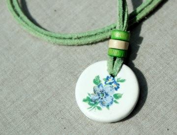 Anhänger BLAUE BLUME Keramik Velourleder grün fröhlich Mädchen  leicht weich Unikat