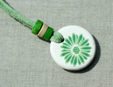 Anhänger GRÜNE BLUME Keramik Velourleder grün fröhlich Mädchen  leicht weich Unikat   - Handarbeit kaufen