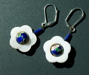 Ohrhänger Perlmutt-Blume WEISS mit Cloisonne-Kugel  - Handarbeit kaufen
