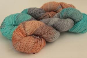 Handgefärbte klassische Sockenwolle 4-fädig Nr. 375 von Farbenspielerei