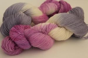 Handgefärbte klassische Sockenwolle 4-fädig Nr. 380 von Farbenspielerei