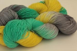 Handgefärbte klassische Sockenwolle 4-fädig Nr. 381 von Farbenspielerei