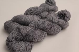 Handgefärbte Single-Merinowolle 19/6 von Farbenspielerei - Handarbeit kaufen