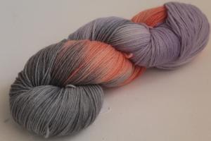 Handgefärbte klassische Sockenwolle 4-fädig Nr. 382 von Farbenspielerei