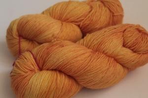 Handgefärbte klassische Sockenwolle 4-fädig Nr. 122 von Farbenspielerei