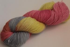 Handgefärbte klassische Sockenwolle 4-fädig Nr. 305 von Farbenspielerei
