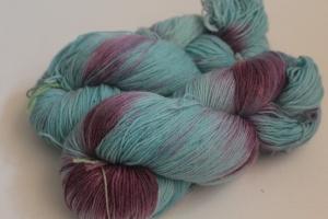 Handgefärbte klassische Sockenwolle 4-fädig Nr. 186 von Farbenspielerei
