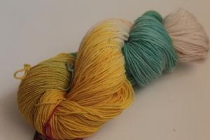 Handgefärbte klassische Sockenwolle 4-fädig Nr. 115 von Farbenspielerei