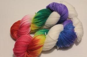 Handgefärbte klassische Sockenwolle 4-fädig Nr. 21/21 von Farbenspielerei